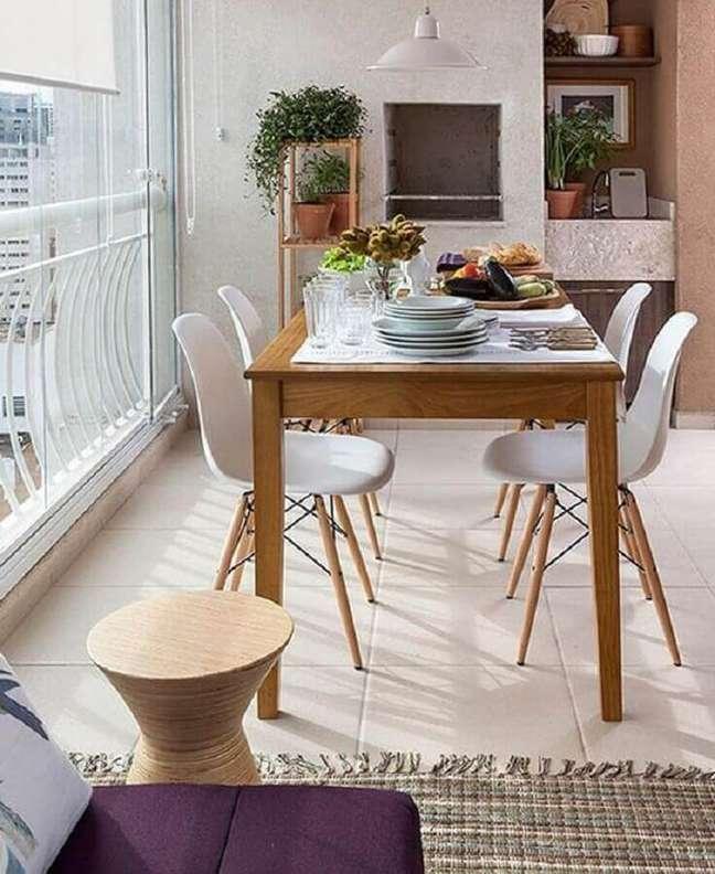 37. Decoração simples com cadeira eames para apartamento com varanda gourmet – Foto: Eu Capricho