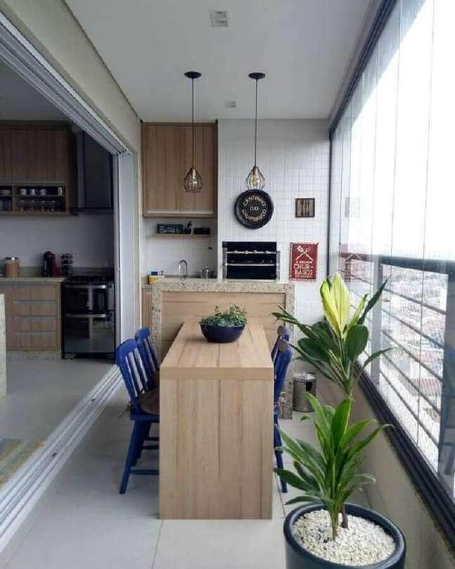63. Varanda gourmet para apartamento pequeno decorada com cadeiras azuis – Foto: Dicas de Mulher