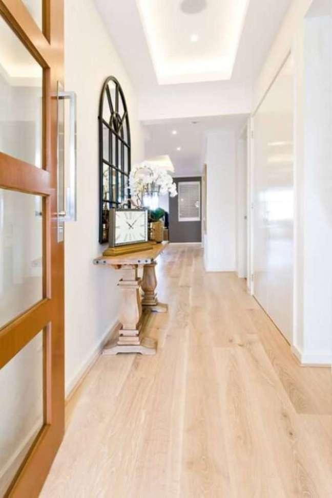 53. Carpete de madeira em tons claros para sala de estar ampla – Foto Pinterest