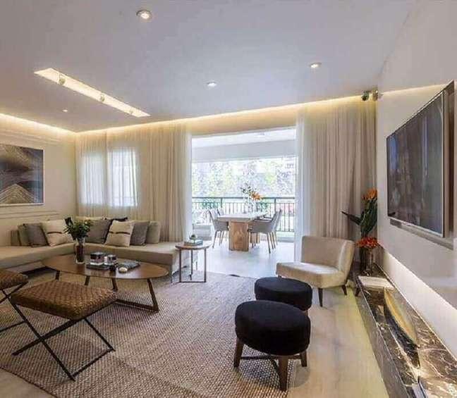 57. Sala grande decorada em cores neutras com puff banqueta redondo – Foto: Pinterest