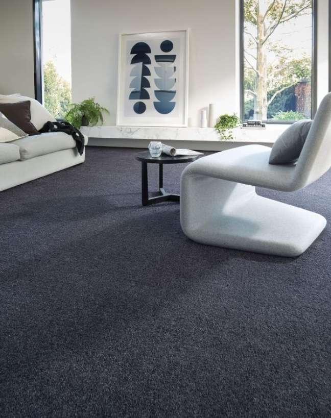 49. Carpete para sala cinza escuro com móveis brancos e modernos – Foto ITW Performance Polymers