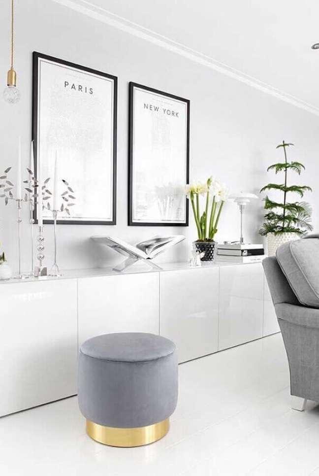 16. Decoração clean para sala branca com puff banqueta cinza redondo – Foto: Futurist Architecture