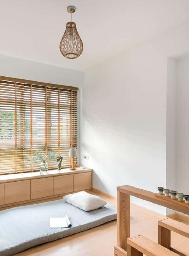 17. A persiana de madeira deixar o ambiente ainda mais bonito e aconchegante. Fonte: Pinterest