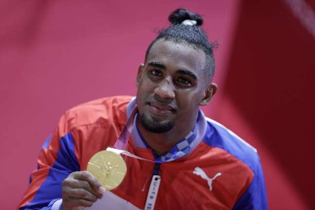 Arlen Lopez Cardona, de Cuba, mostra a medalha de ouro conquistada nesta quarta-feira Ueslei Marcelino Reuters