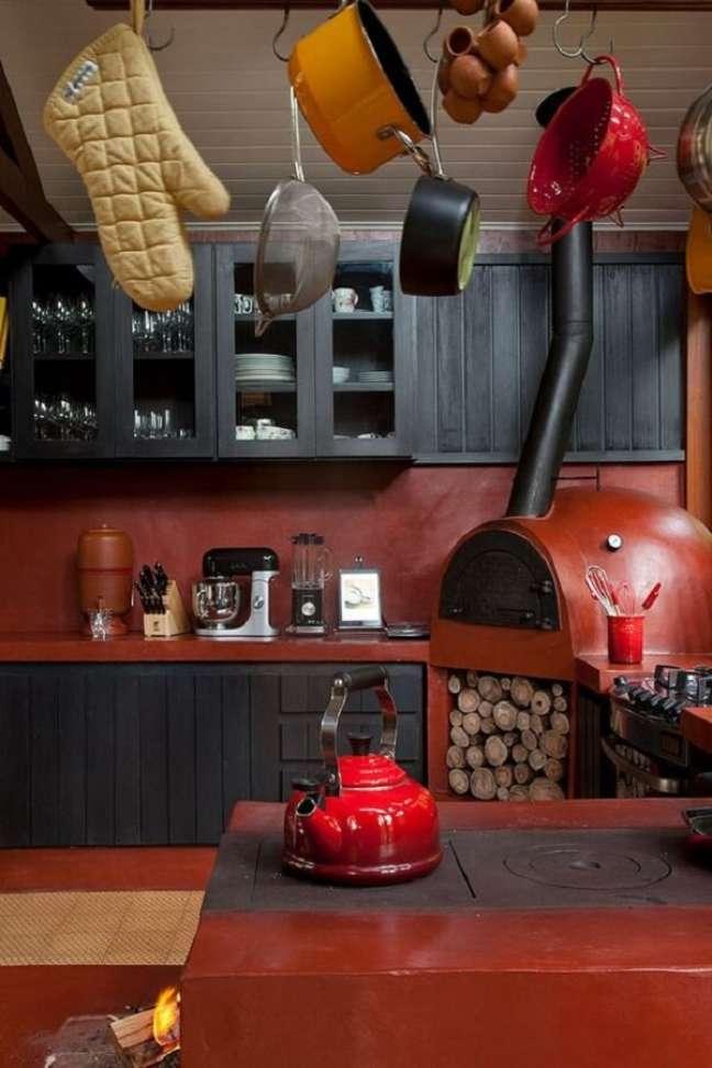 34. Área gourmet moderna com fogão a lenha e forno para pizza – Foto Casa de Valentina