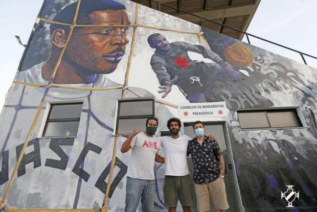Pedro Rajão, Cazé e Rhuan Gonçalves, idealizadores do muro para Barbosa (Foto: Rafael Ribeiro/Vasco)