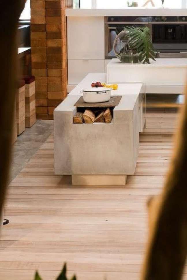 54. Projeto de área gourmet com fogão a lenha no centro do ambiente – Foto Pinterest