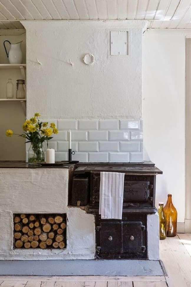 42. Decoração de área gourmet com fogão a lenha e espaço para lenhas – Foto Pinterest