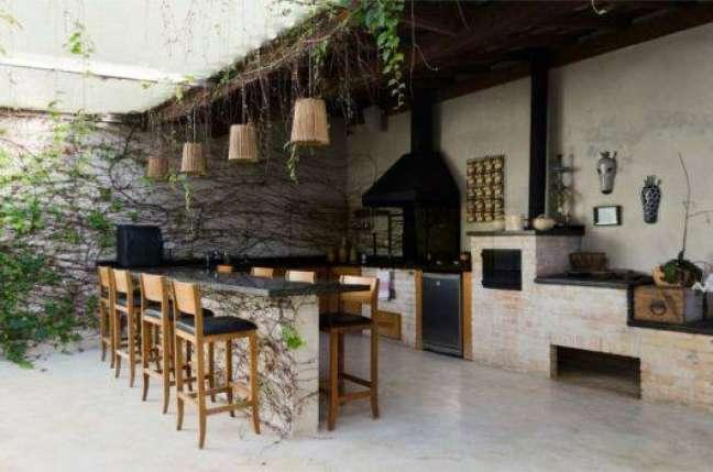 4. Área gourmet com fogão a lenha e churrasqueira – Foto Salles Imoveis Jundia e Itupeva