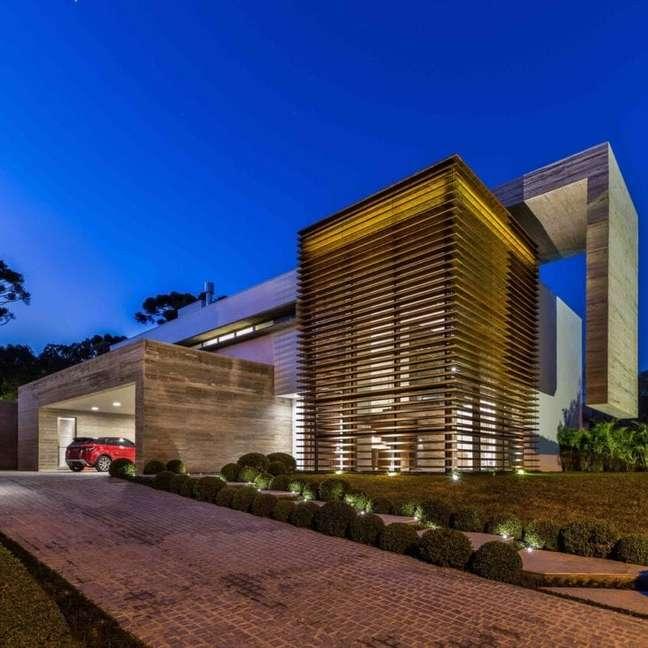24. Modelos de garagem coberta com rampa para a entrada da casa – Foto Mauricio Melara Arquitetura