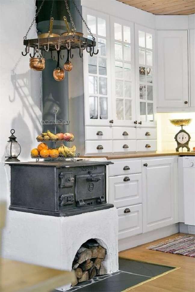 31. Área gourmet minimalista com fogão à lenha no canto – Fonte Pinterest