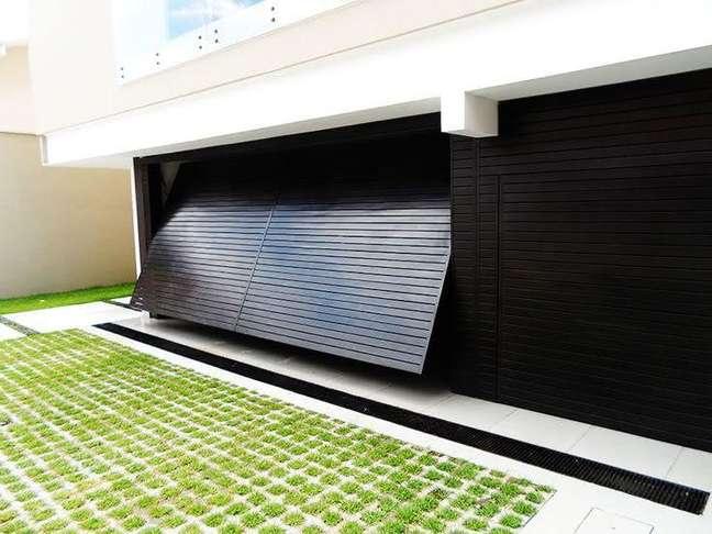54. Modelo de casa com garagem preta – Foto Pinterest