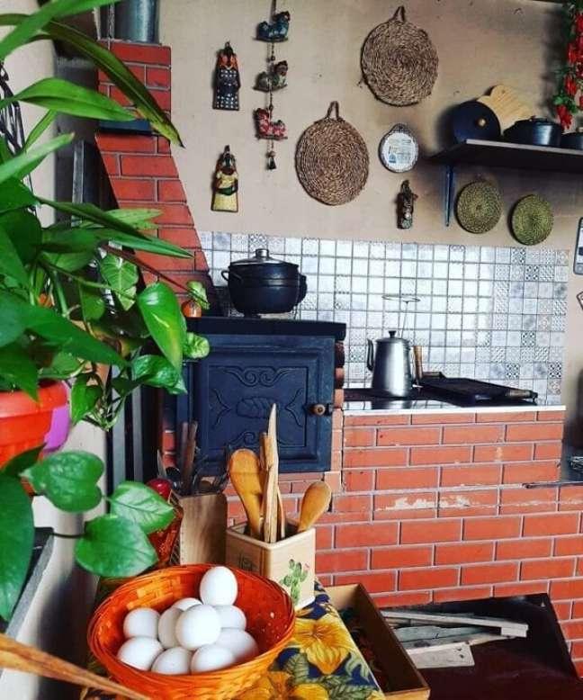 15. Área gourmet com fogão a lenha e churrasqueira e itens de cozinha – Foto Yara Casa Café