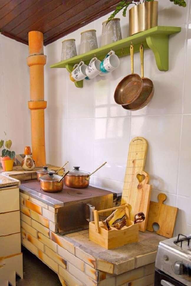 27. Área gourmet com fogão a lenha revestido com tijolinho – Foto Pinterest