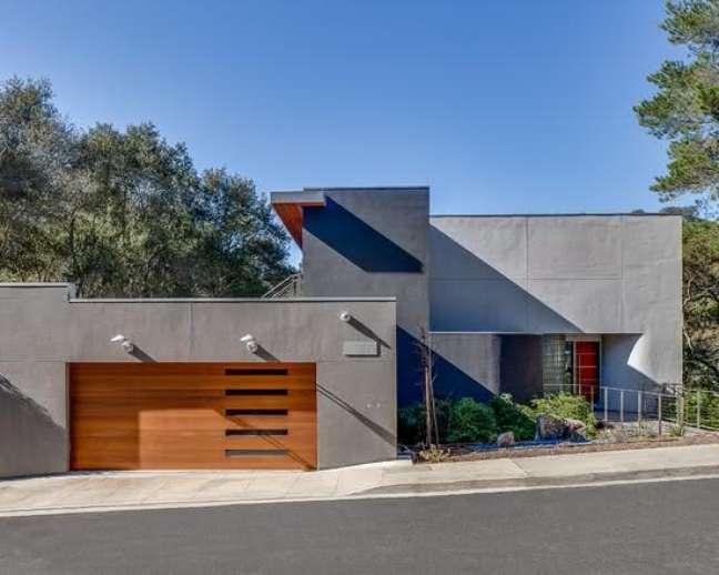 45. Modelos de garagem para casa com portão de madeira – Foto Pinterest