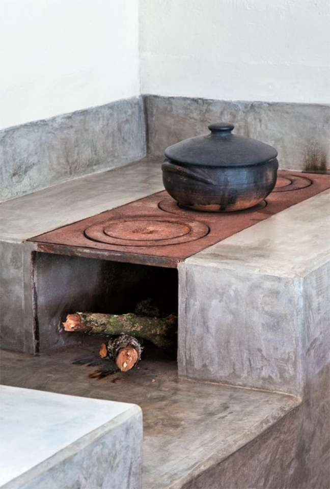 5. Área gourmet com fogão a lenha e revestimento de cimento queimado -Foto Pinterest