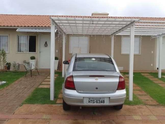 70. Casa com pergolado branco para garagem de carros – Foto Decorando Casa