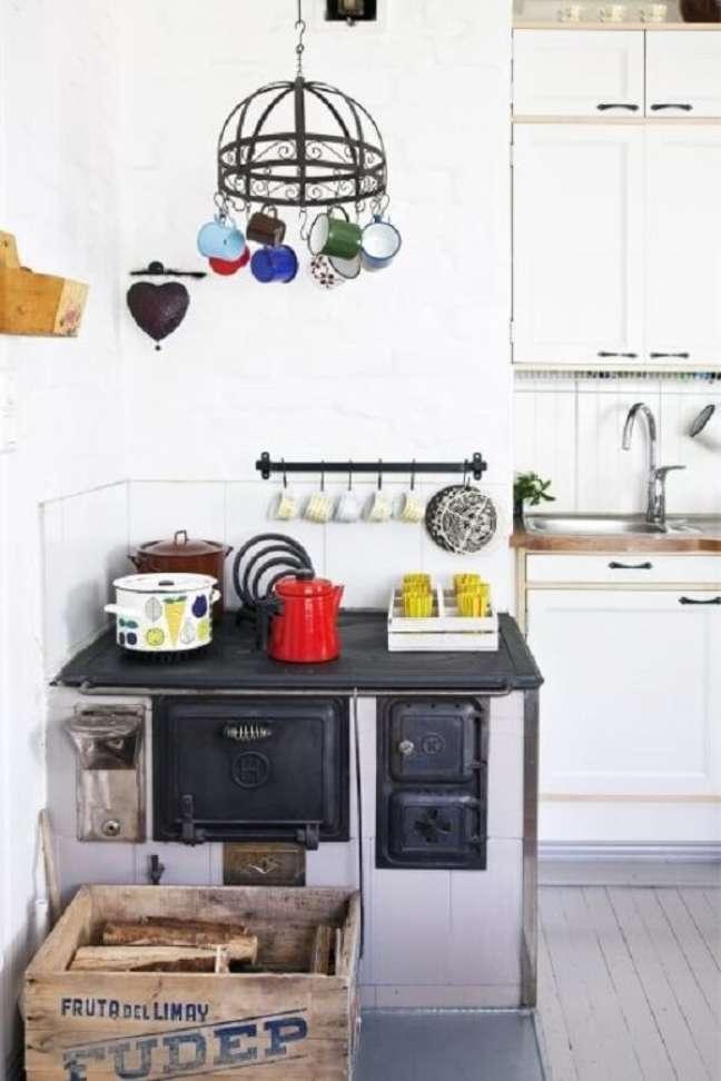 7. Área gourmet com fogão a lenha no canto do espaço – Foto Pinterest