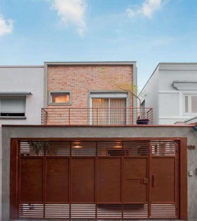 52. Modelo de casa com garagem para sobrado de tijolinho na parede – Foto Pinterest