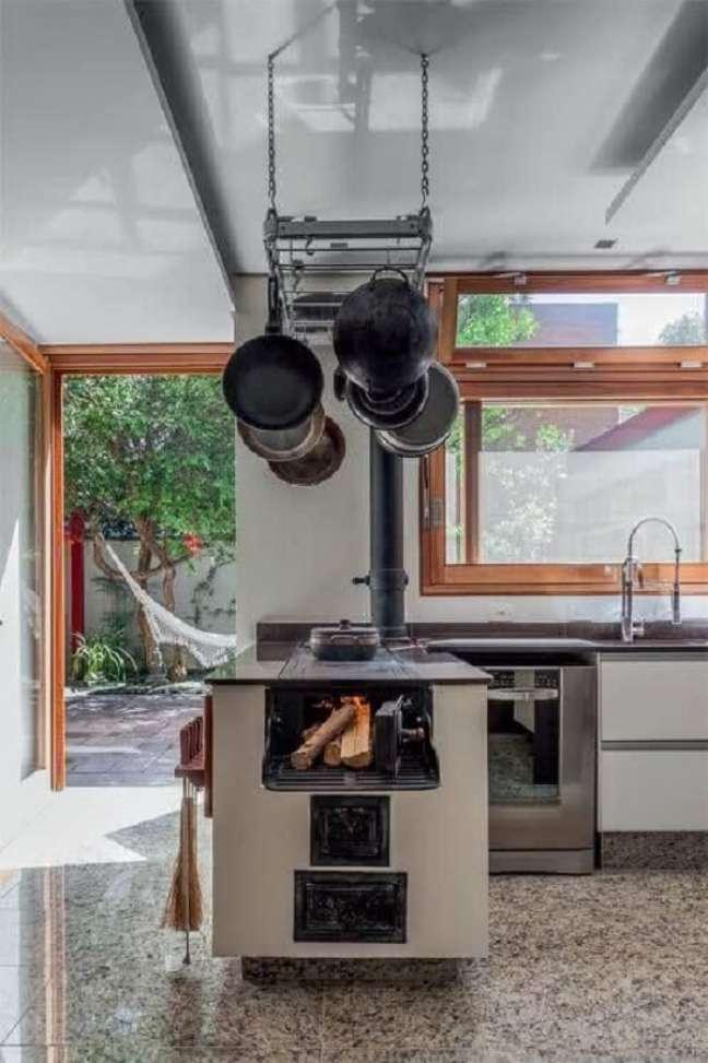 25. Área gourmet com fogão a lenha no canto – Foto Pinterest