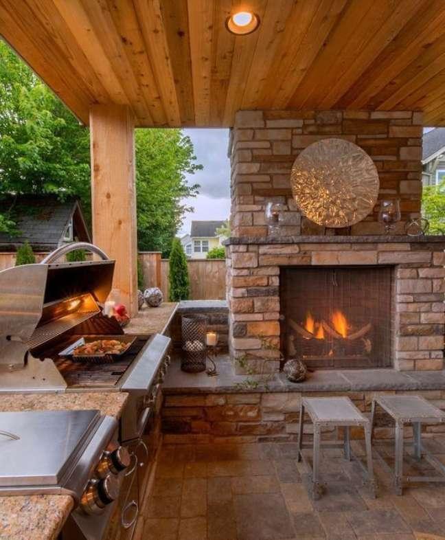 21. Área gourmet com fogão a lenha e lareira – Foto Arkpd