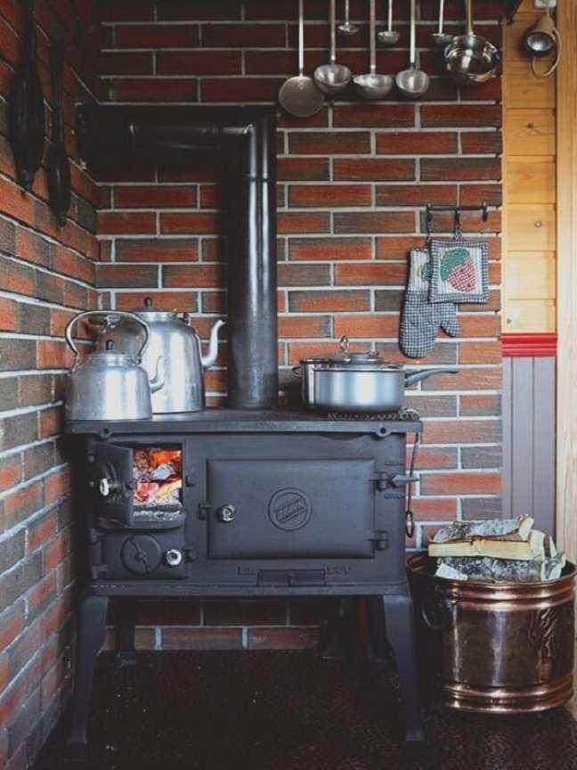 39. Decoração de área gourmet com fogão a lenha de ferro – Foto Pinterest