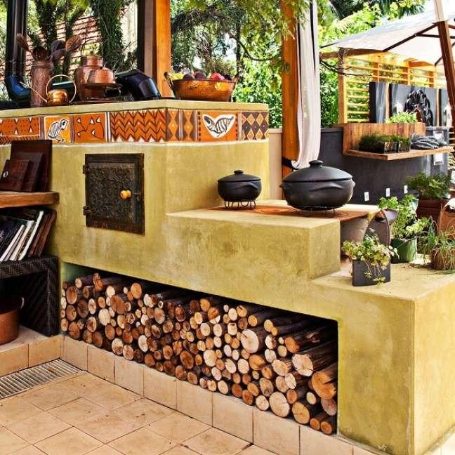 38. Decoração de área gourmet com compartimento para guardar lenhas do fogão – Foto Pinterest