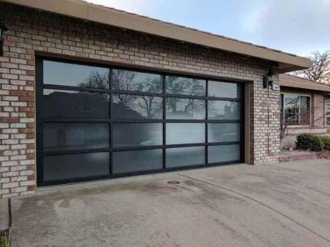71. Casa com portão de vidro jateado na garagem – Foto GDS Repair