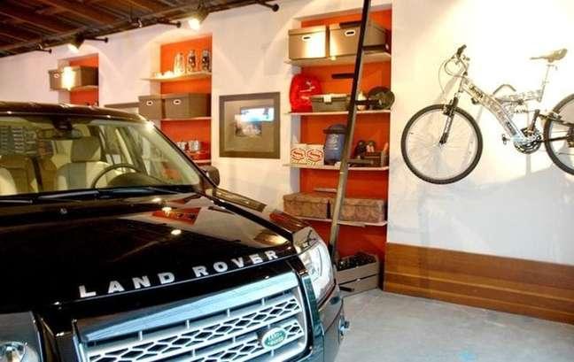30. Modelos de garagem com estante para organizar itens de casa – Foto Idalia Daudt