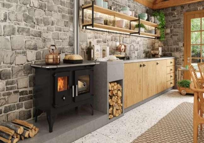2. Área gourmet com fogão a lenha e armários de madeira – Foto Decor Grill