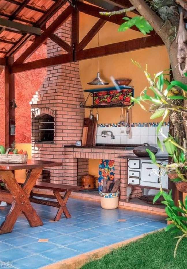 16. Área gourmet com fogão à lenha e churrasqueira – Fonte Pinterest