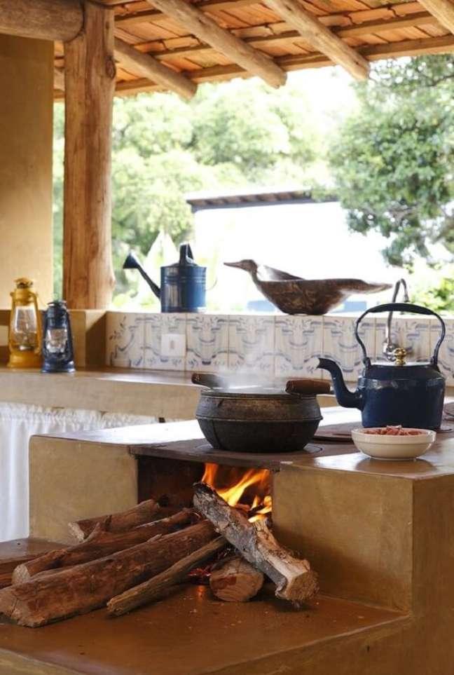 51. Fogão a lenha na área gourmet pequena e organizada – Foto Dcore-Você