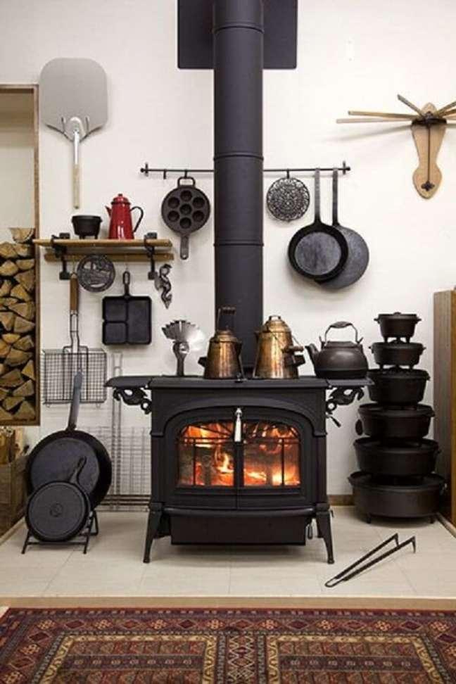12. Área gourmet com fogão à lenha com design arrojado – Foto Pinterest