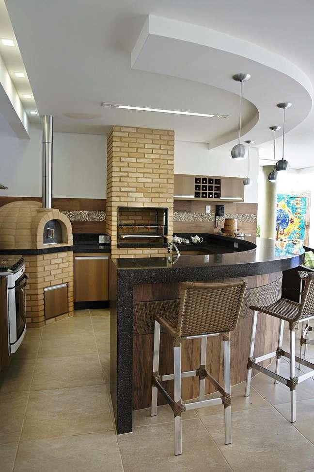 17. Área gourmet com fogão a lenha e churrasqueira – Foto Pinterest