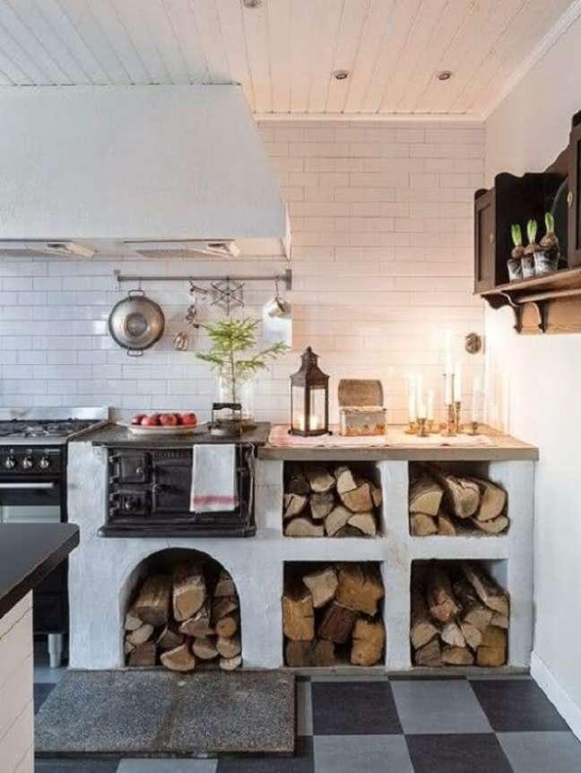 19. Área gourmet com fogão a lenha e espaço para guardar lenhas – Foto Pinterest