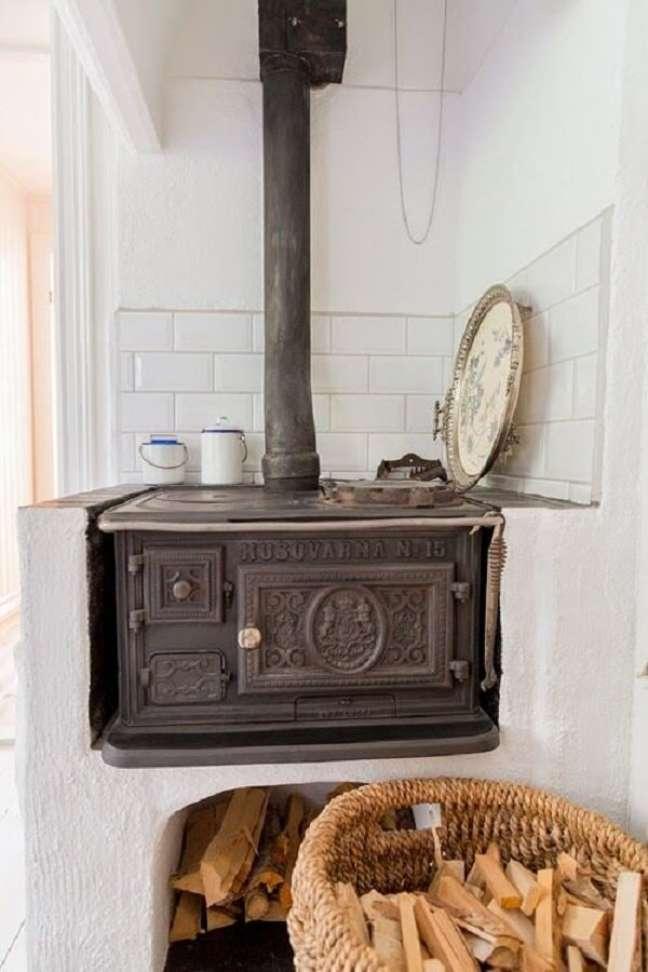 14. Área gourmet com fogão a lenha e chaminé – Foto Pinterest