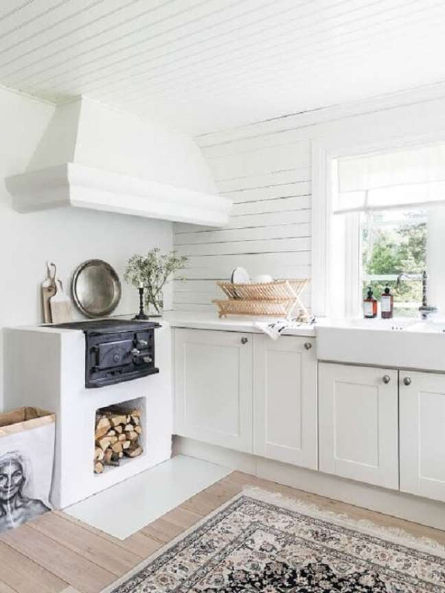 23. Área gourmet com fogão a lenha na cor branca e bocas de ferro – Foto Pinterest