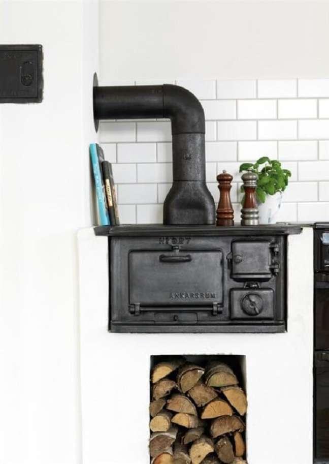 18. Área gourmet com fogão a lenha e coifa preta – Foto Pinterest