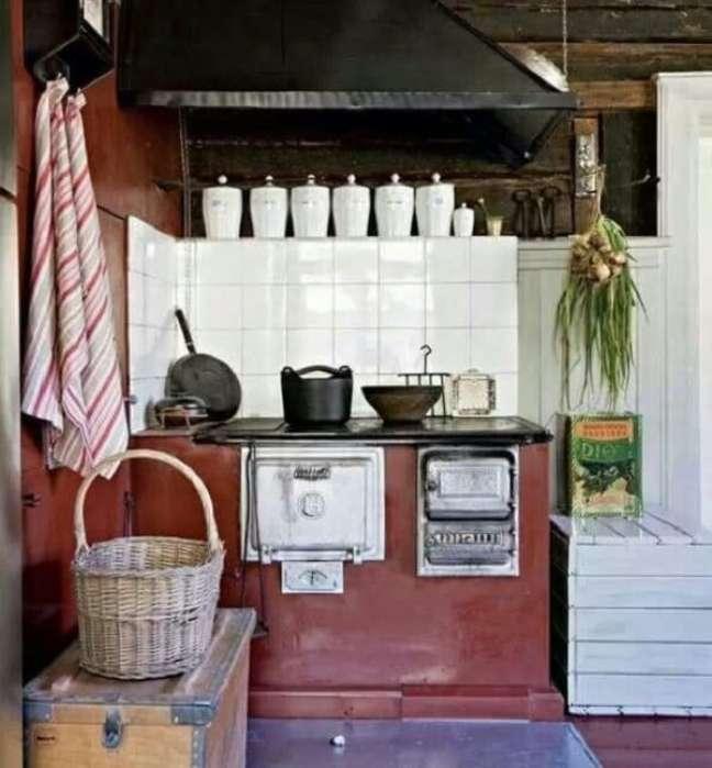 40. Decoração de área gourmet com fogão a lenha e azulejos brancos – Foto Pinterest