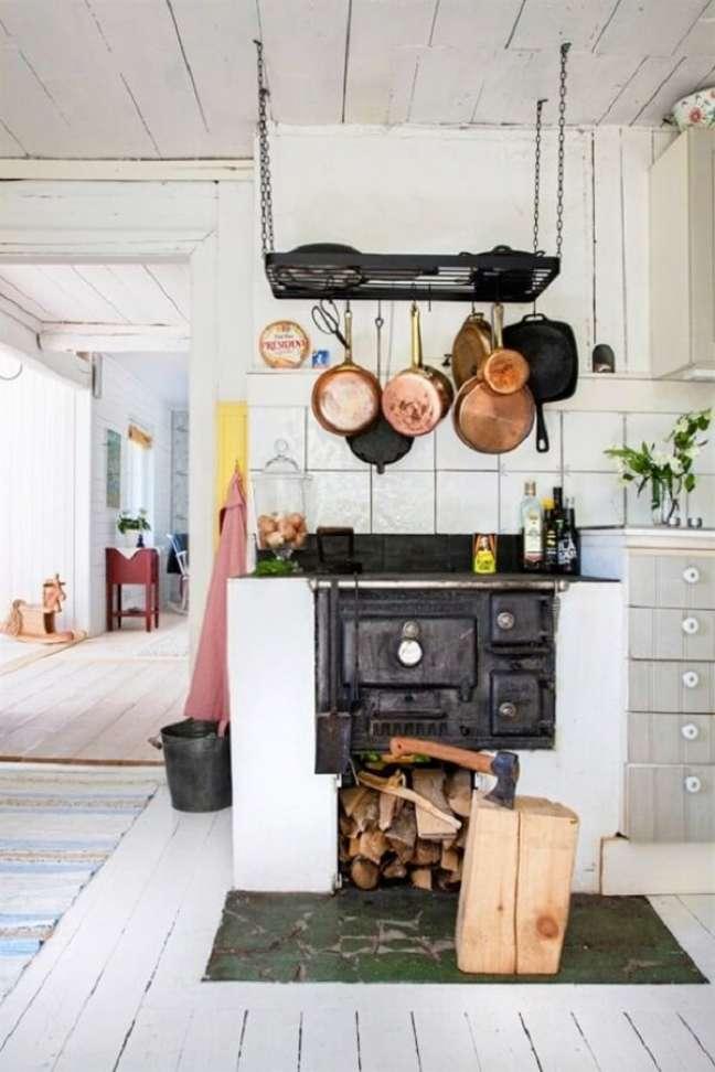 46. Decore sua área gourmet com fogão a lenha com as panelas de ferro e lenhas – Foto Pinterest