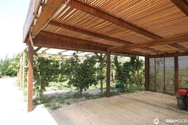 66. Casa com modelos de garagem de madeira coberta – Foto Ideia Wood Estrutura sem Madeira