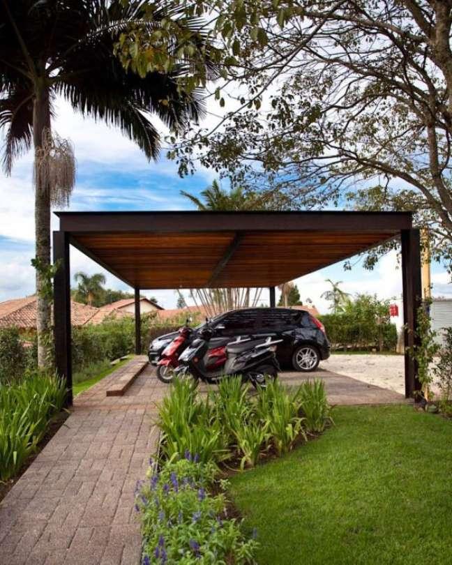 19. Jardim com modelos de garagem coberta – Foto Decora Sandra