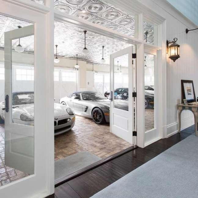 63. Casa com garagem para carros de luxo – Foto Compra Venda Aluguel