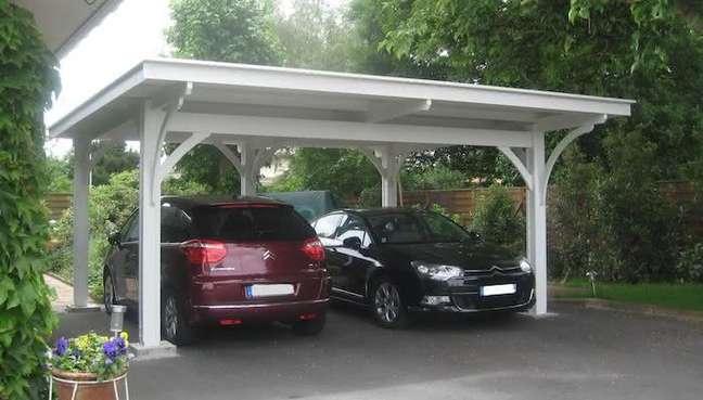 32. Modelos de garagem com pergolado para dois carros estacionados – Foto Pergolas y Jardin