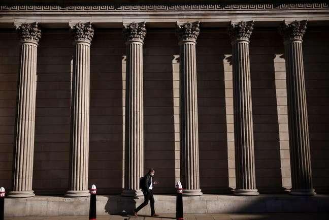 Pedestre caminha em frente ao Banco da Inglaterra, em Londres 29/07/2021 REUTERS/Henry Nicholls