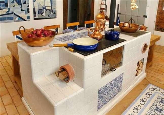 44. Decoração de área gourmet com fogão a lenha na ilha – Foto Cerâmica Antigua