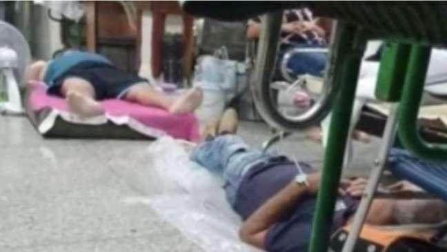 Segundo vídeos nas redes sociais, alguns pacientes tiveram que dormir até no chão