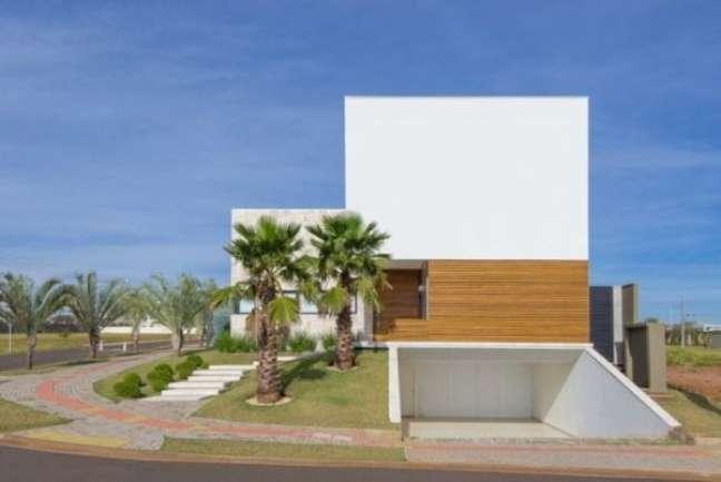 56. Casa moderna com garagem coberta e portão branco – Foto Mob Arquitetos