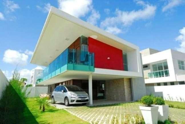 65. Casa com modelos de garagem coberta e espaço para carros no jardim – Foto Oliveira Junios
