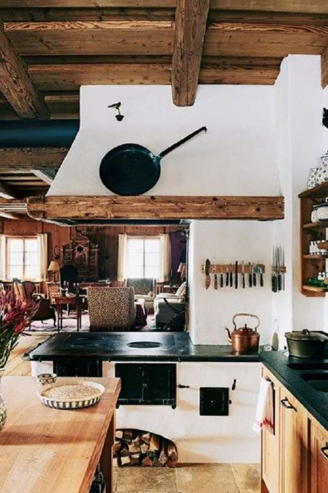 13. Área gourmet com fogão a lenha e armários planejados – Foto Pinterest
